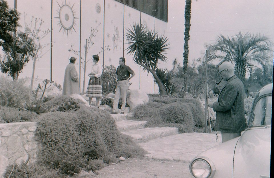 Visitors at the Millard Sheets Studio, Claremont, c. 1958. Courtesy of the family of Melvin Wood.